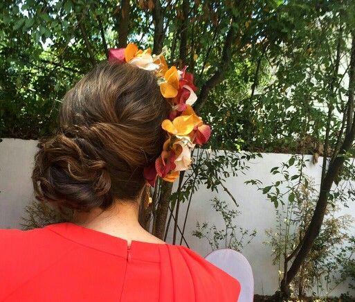 Invitada con media corona de flores