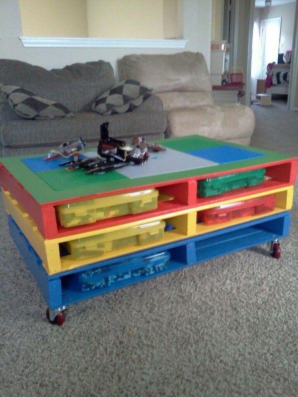 Table basse LEGO fabriquée à partir de palette en bois  http://www.homelisty.com/table-basse-palette/