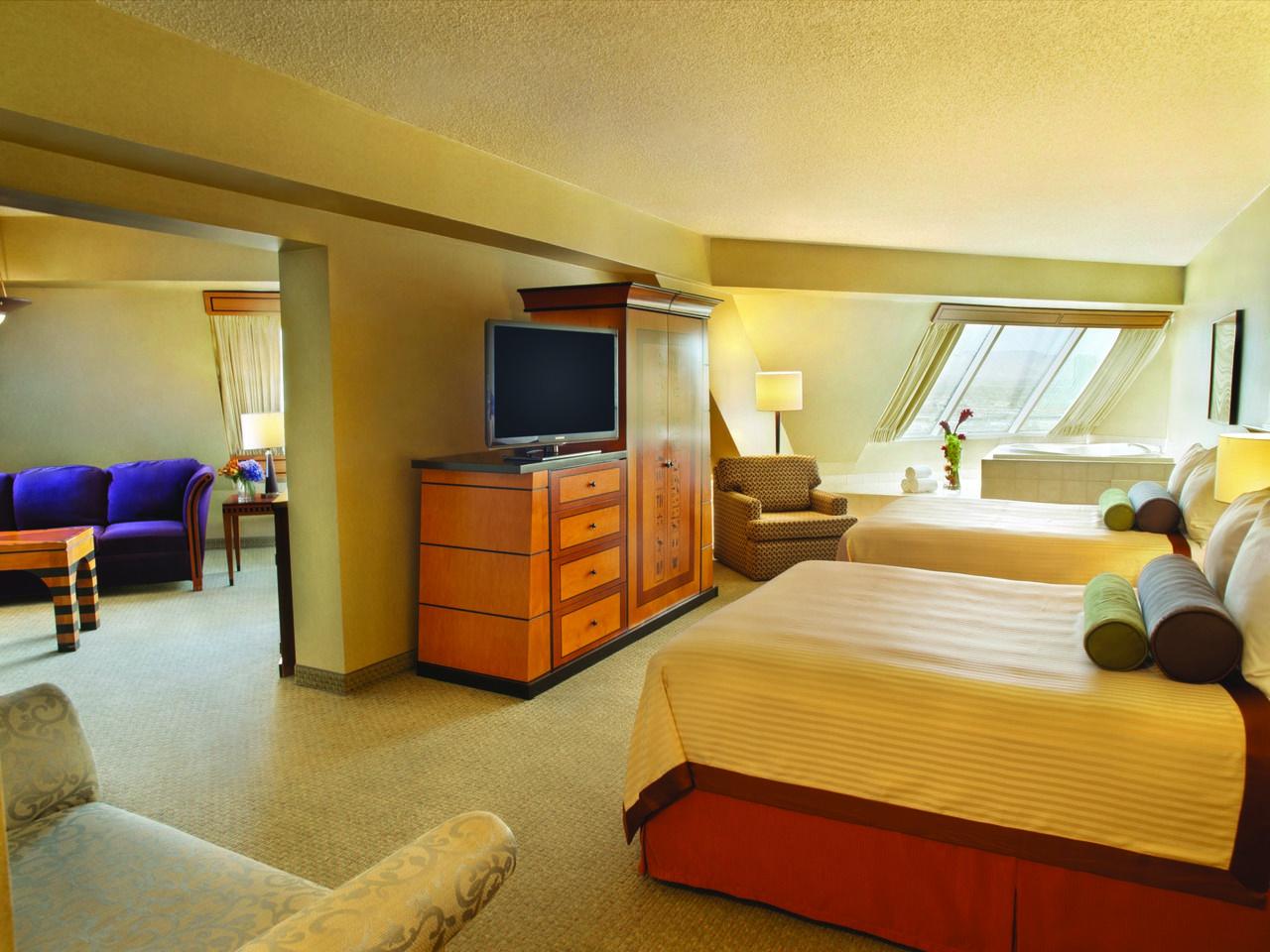 Luxor One Bedroom Luxury Suite Pyramid Queen Suite Relux In Our Rooms Pinterest Queen
