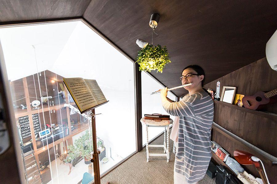 吹き抜けをはさんで趣味の家が2つサーファーズハウスと音楽室ドール