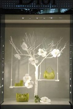 39853b81aa58 Complementos en árbol con flores Visual Display, Display Design, Store  Design, Display Ideas