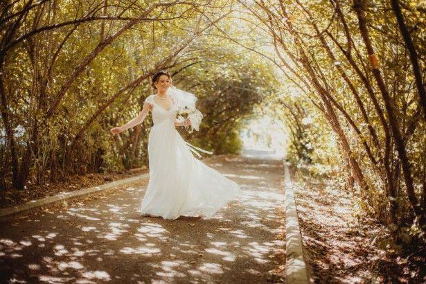A wedding dress is composed of three basic sections, blouse, skirt and belt.
