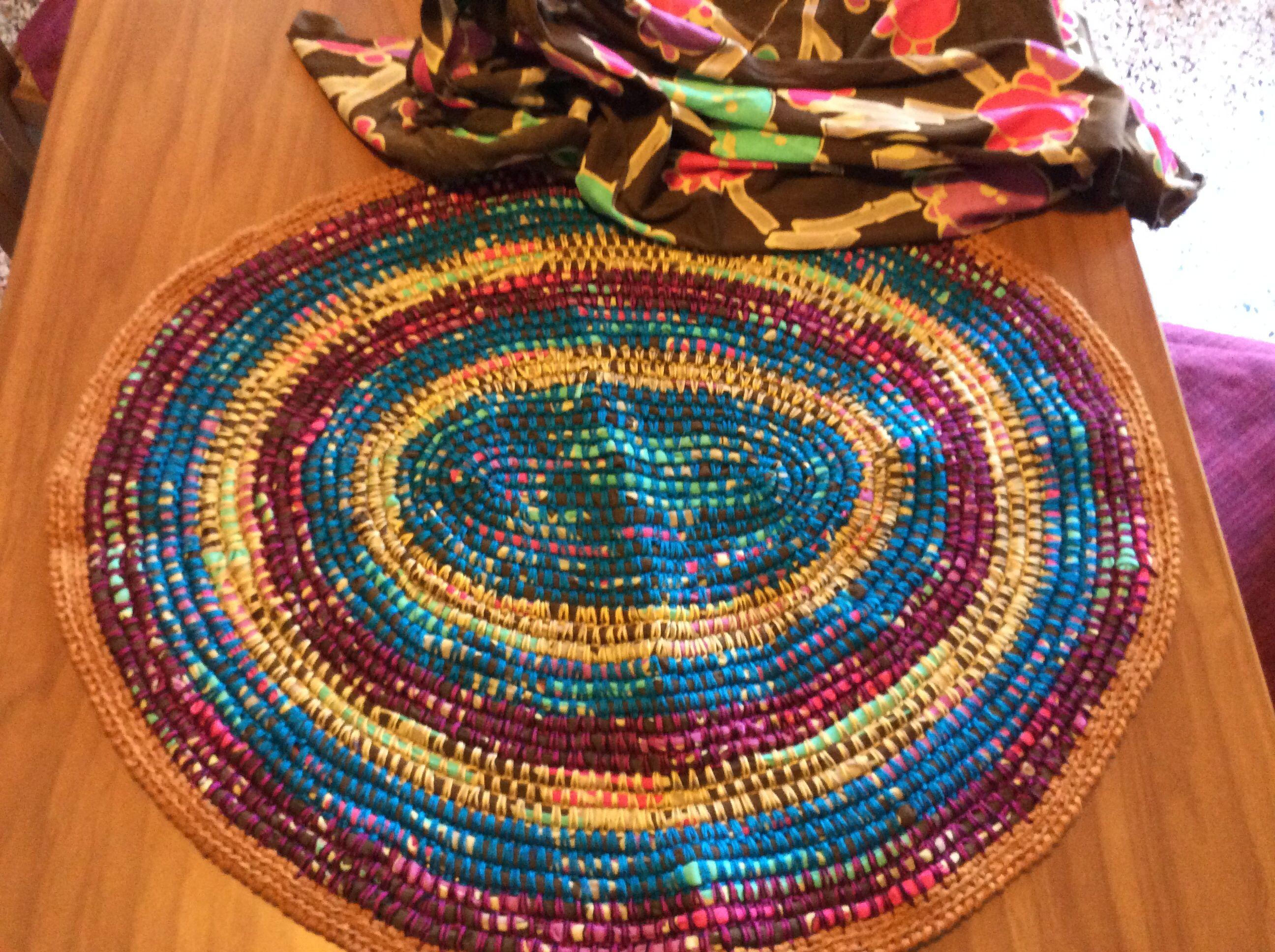 Tappeto realizzato usando un tessuto in maglina che non usavo e filo di cotone di vari colori a punto basso con l'uncinetto