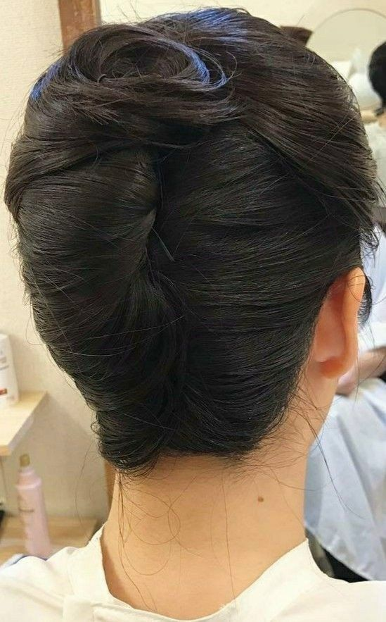 chignon banane in 2020   Roll hairstyle, Hair updos ...