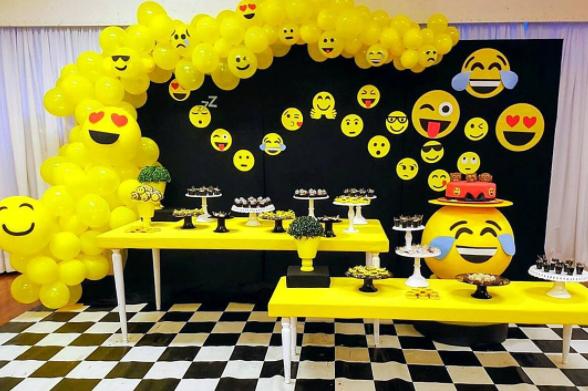 Vivimos En Un Mundo Lleno De Emojis No Pasa Un Dia Sin Enviar Mensajes Para Tus Amigos Sin Un Emoji Y Fiesta De Cumpleanos Emoji Emoji Fiesta Fiestas Emojis