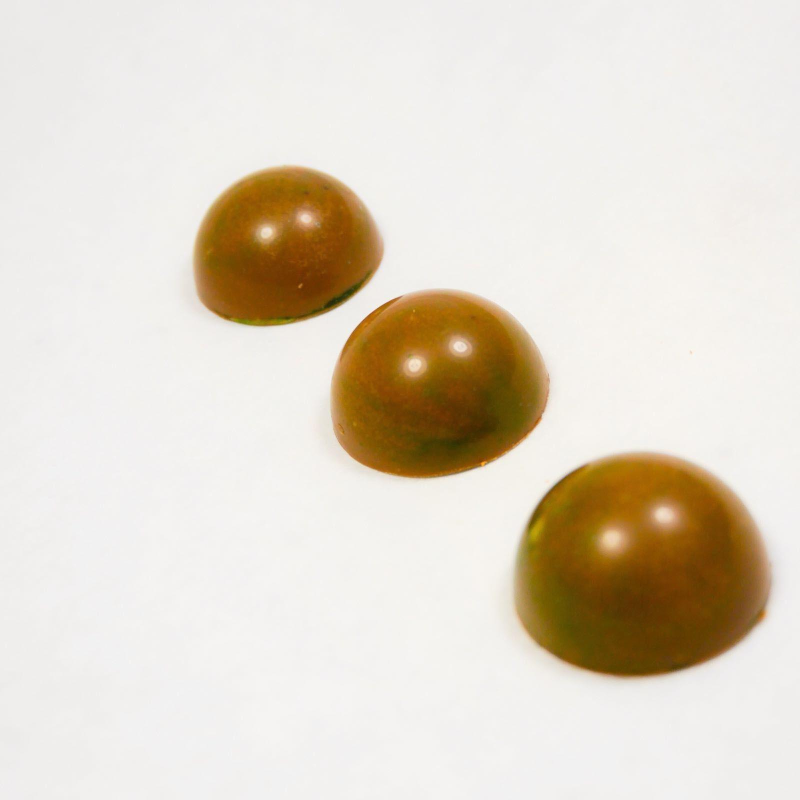 GREEN TEA - Pralines   Melkchocolade praline // met een vulling van groene thee ganache en jasmijn