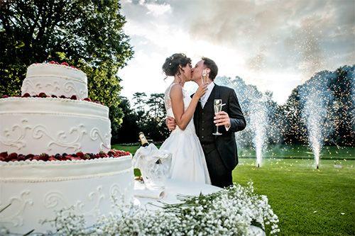 taglio della torta e fontane di fuochi d'artificio, matrimonio diurno