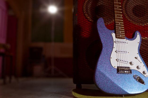 How To Paint A Glitter Guitar Make Guitar Diy Guitar Guitar Painting