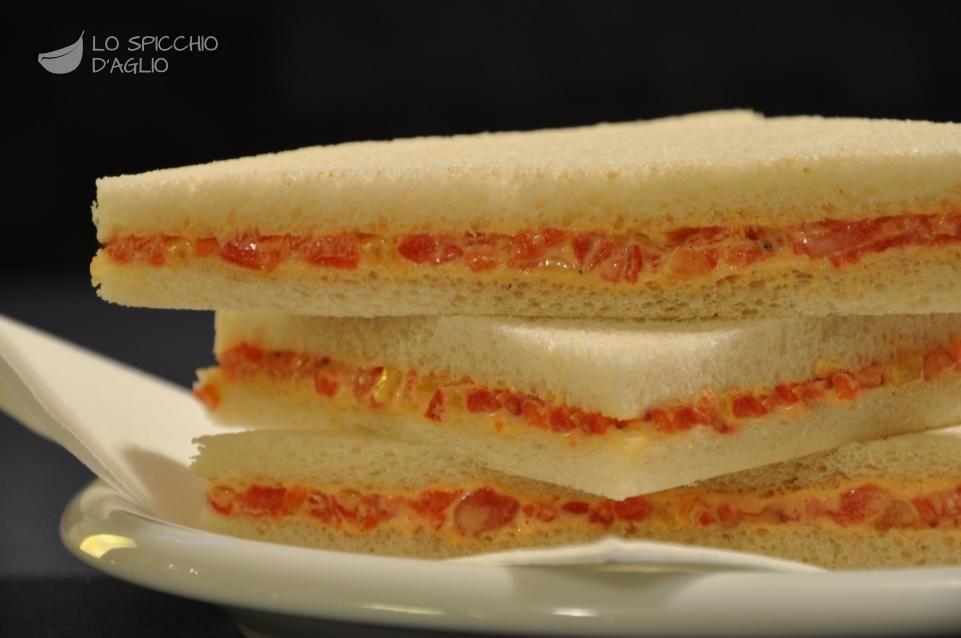I tramezzini ai peperoni sono sfiziosi piccoli tramezzini da gustare come antipasto o aperitivo, adatti anche a una cena in piedi o un buffet.