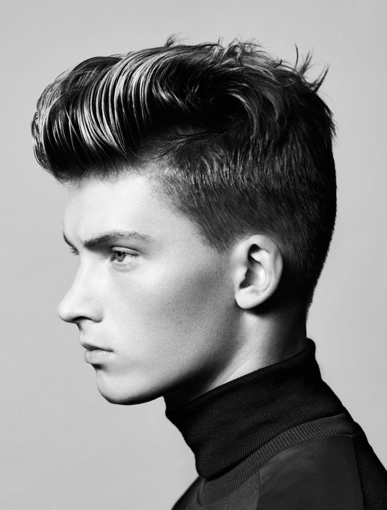 un\u0027immagine di profilo che evidenza il taglio di capelli uomo pompadour,  maglia a