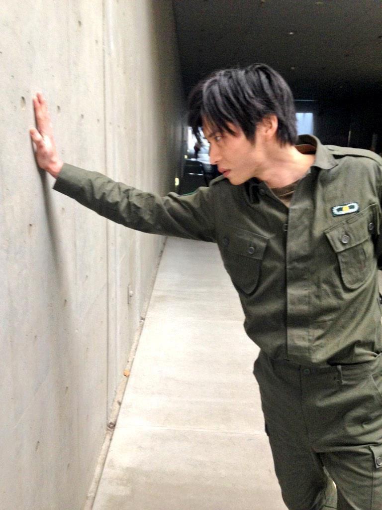 真剣な表情で壁ドンする色気ある田中圭
