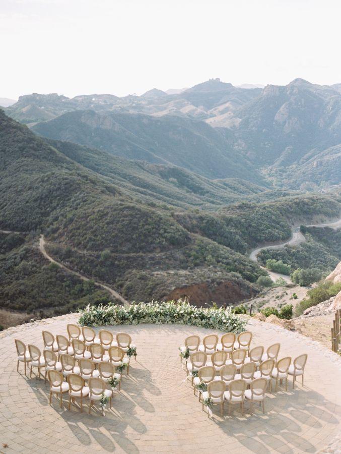 Cerimonia de casamento no campo com vista fantástica. NOLITA DECOR.