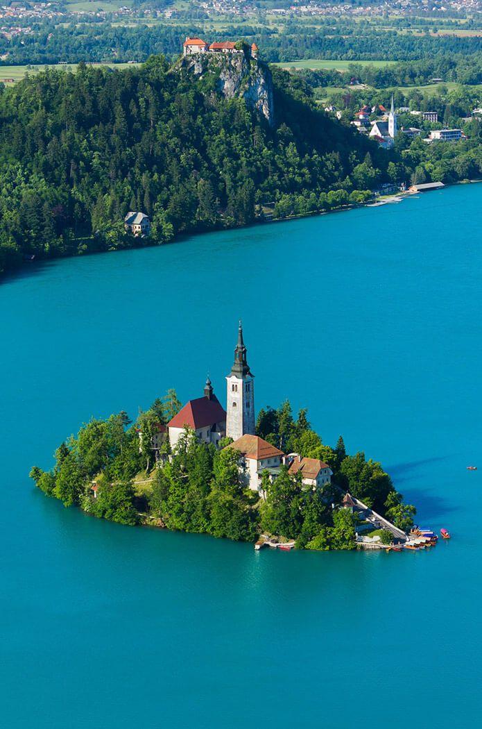 El hermoso paisaje; Isla con la iglesia católica en el medio del ...