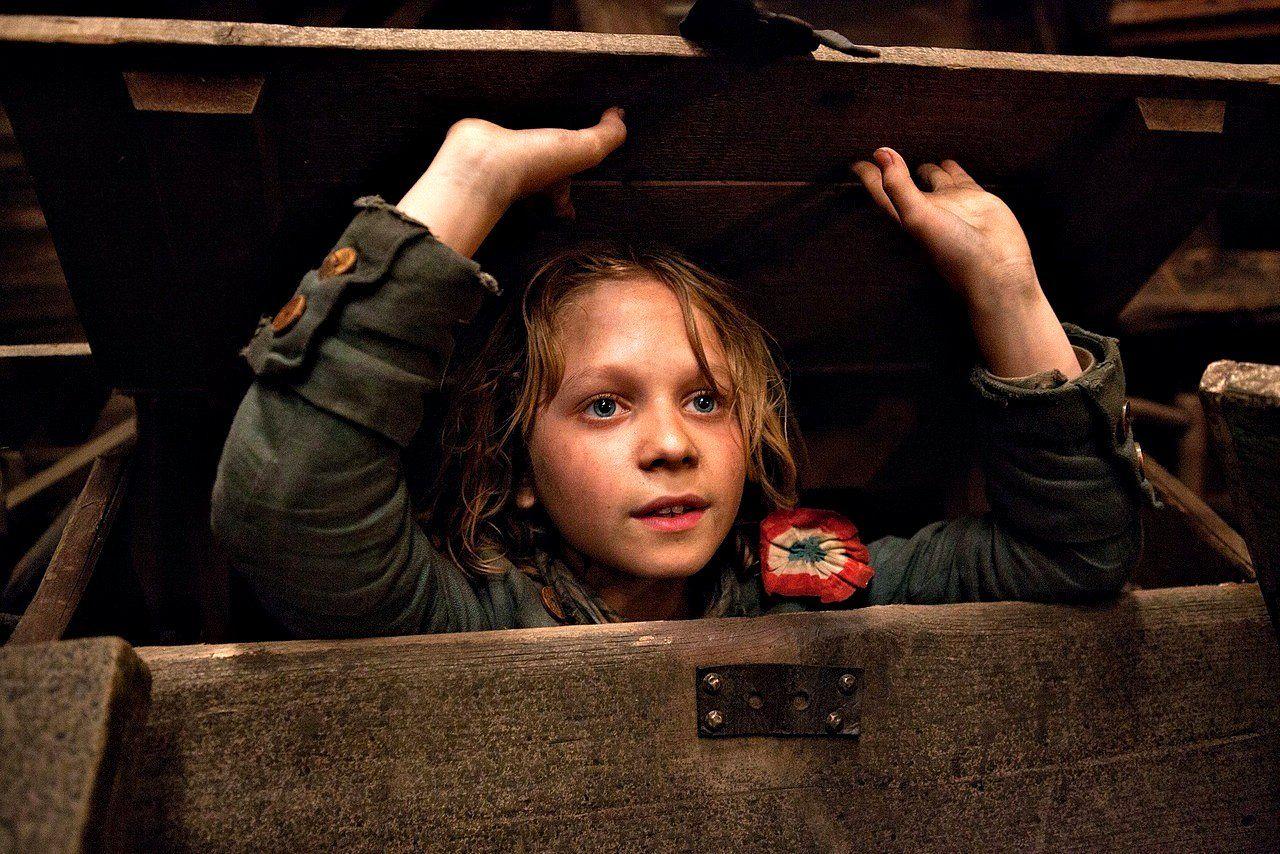 """Daniel Huttlestone como Gavroche em """"Os Miseráveis"""" - O garoto trabalha muito bem!"""