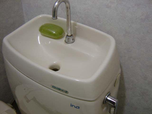 Toilet With Tank Sink To Save Space And Water Would Be Great In A Camper Rehab Remodelacion De Banos Bano Pequeno Para Casa Cuartos De Banos Pequenos