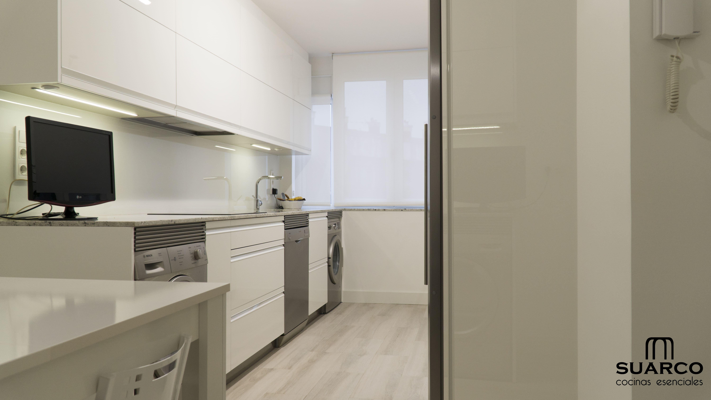 Cocina Blanca De 12 M2 Amueblamiento En Paralelo Cocinas Suarco Cocinas Blancas Cocinas Blancas Modernas Fabrica De Cocinas