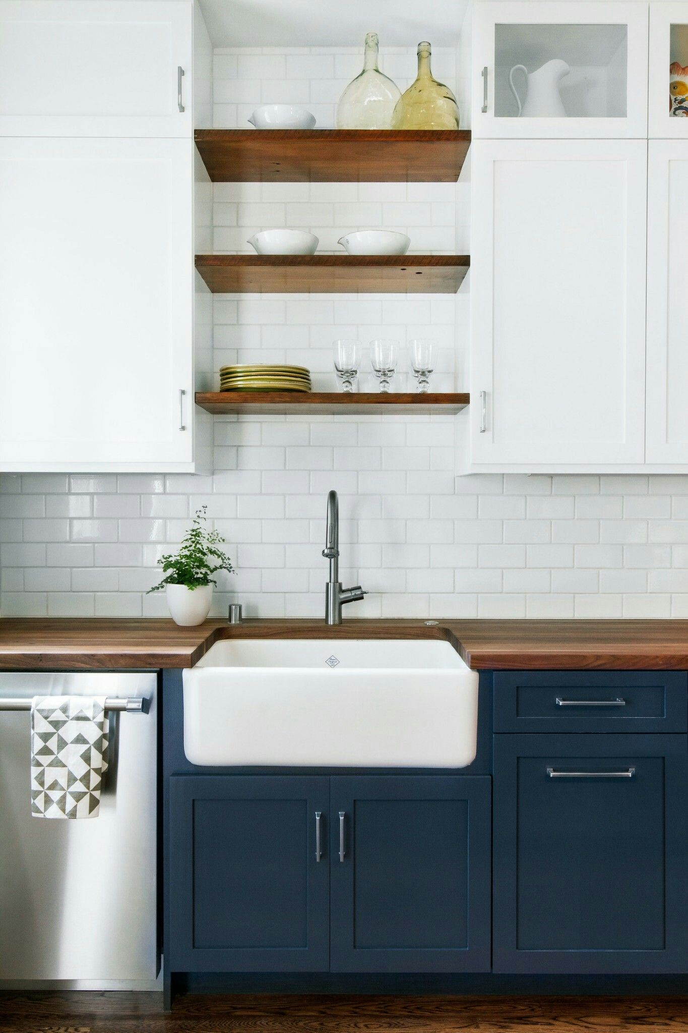Ambiance Carrelage Saint Leonard blue lowers - white uppers - open shelves - farmhouse sink