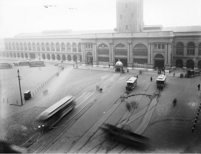 The old Ferry Building turnaround, 1906. Note the horse-drawn cars at the right.