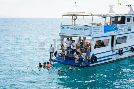 scuba diving: TRAT , Thailand - DECEMBER 29 2014 :  Travel tourist People relax and scuba diving with tour motor boat. for winter holidays on the sea at koh chang Trat, Thailand . Editorial