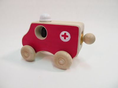 Ambulancia de madera // Wood ambulance toy