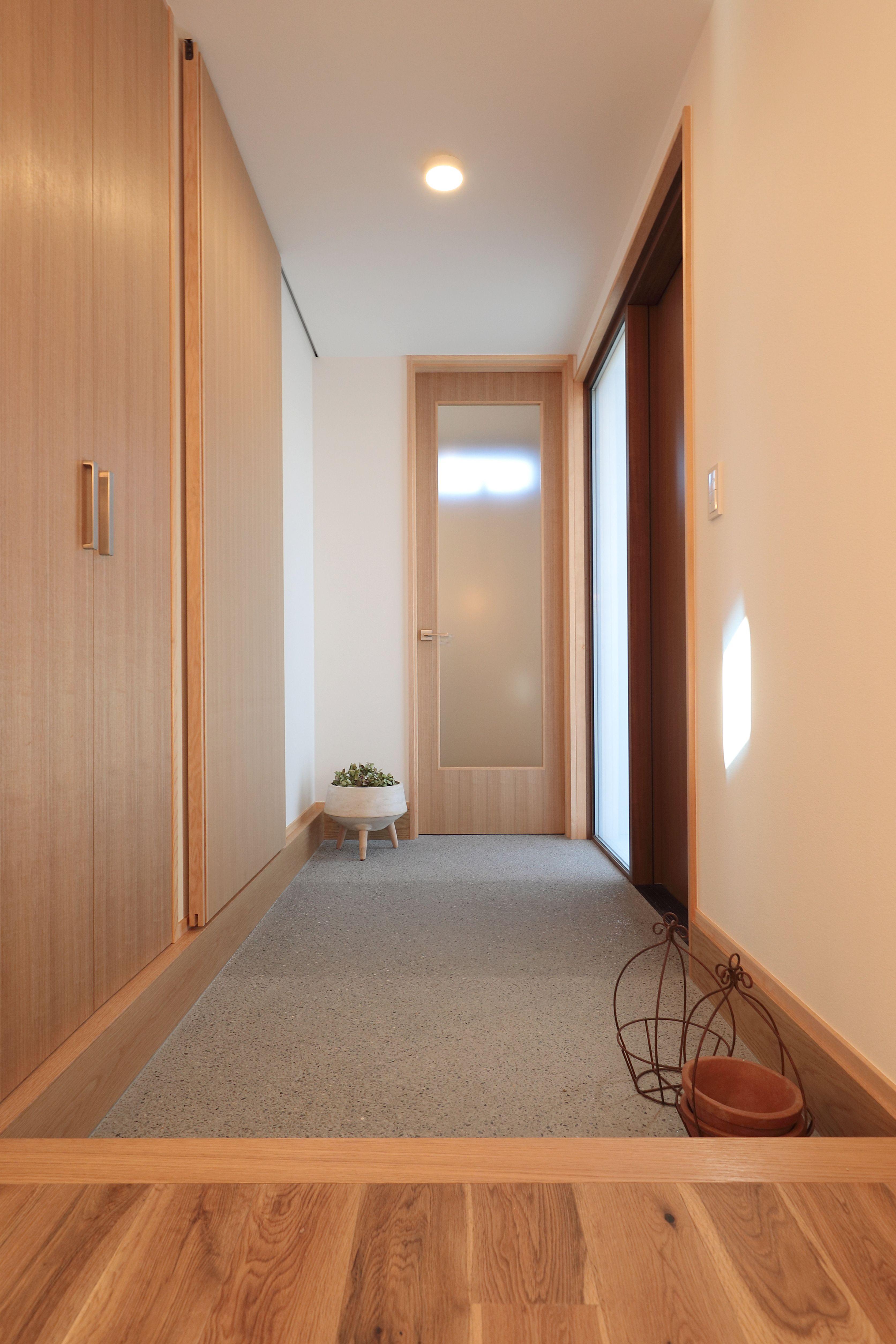 玄関ドアの部分や収納扉が明り取りになっているので日中は電気を付け