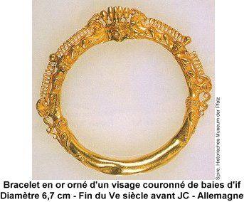 Bracelet en or orne d'un visage couronne de baies d'if.  Fin du Ve siecle avant JC .Allemagne