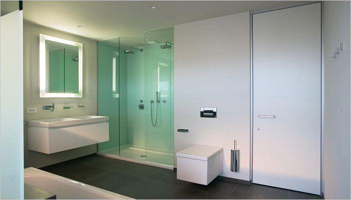 Inloopdouche met glazen wand en blauwe achtergrond badkamer