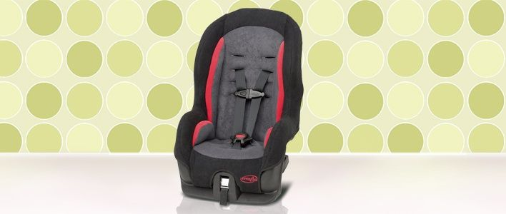Compacto asiento para el auto con un estilo deportivo. Incluye cinturón de 5 puntas adaptable al crecimiento y protección laterales contra impactos.