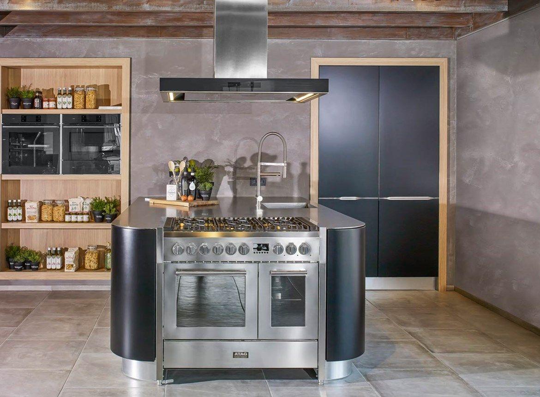Moderne eiland keuken met fornuis voorzien van luxe apparatuur