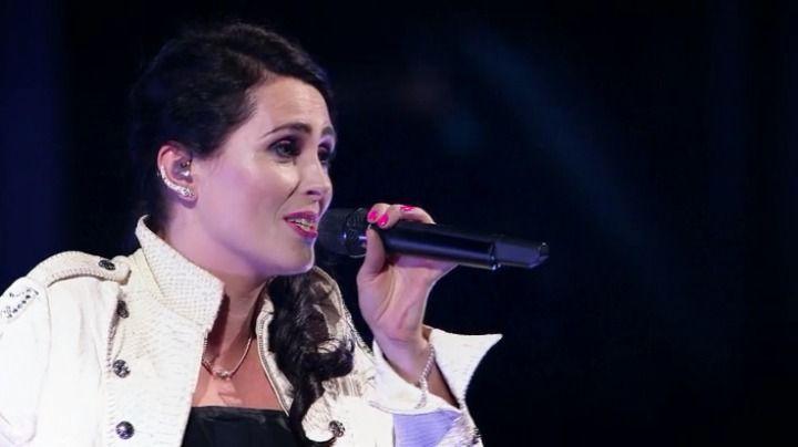 Sharon den Adel, zangeres van de band Within Temptation, verandert het stadion in een sterrenhemel met het nummer 'Sky Full Of Stars' van Coldplay.