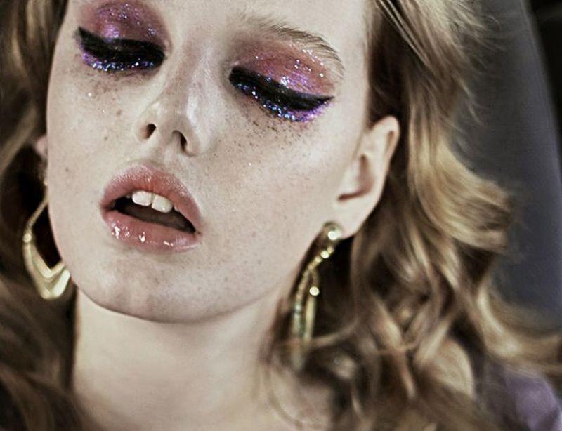 eyeliner and glitter via fashionsquad