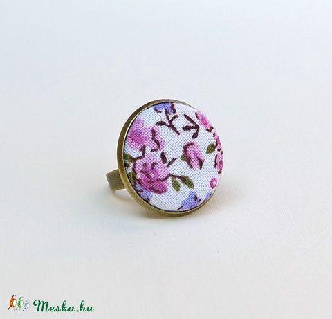 Rózsaszín-lila virágos textilgombos gyűrű, Ékszer, óra, Gyűrű, Meska