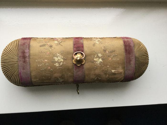 Online veilinghuis Catawiki: Houten byoux koffertje, opgeborduurde bloemen op zijde en velours -Napoleon III, midden 19e eeuw.