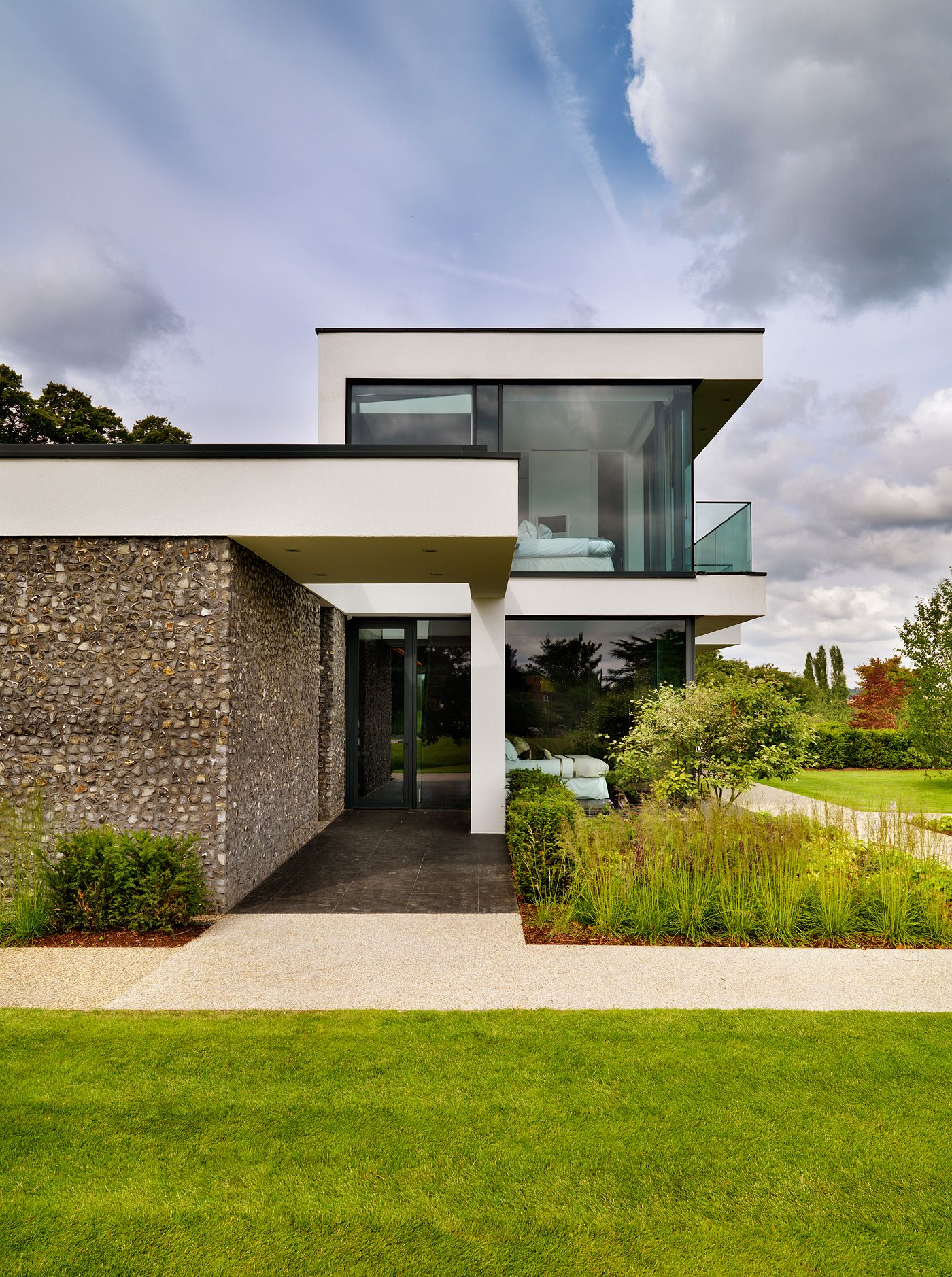Contemporary country house on the banks of the river thames moderne häuser