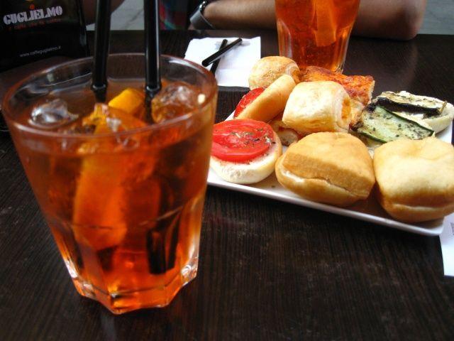 SPRITZ. Innanzitutto lo Spritz va servito in un bicchiere Old Fashioned. L'occorrente per il nostro drink è il seguente: Aperol, Prosecco, Soda, Ghiaccio...