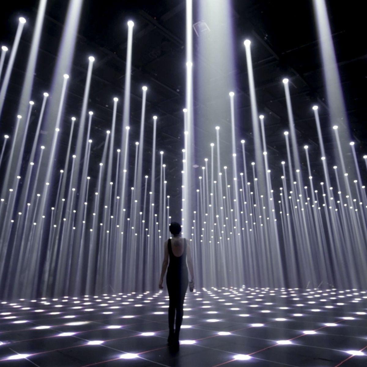 天井から降り注ぐ無数の光が音楽とシンクロするアート空間「White Canvas」 #lightartinstallation
