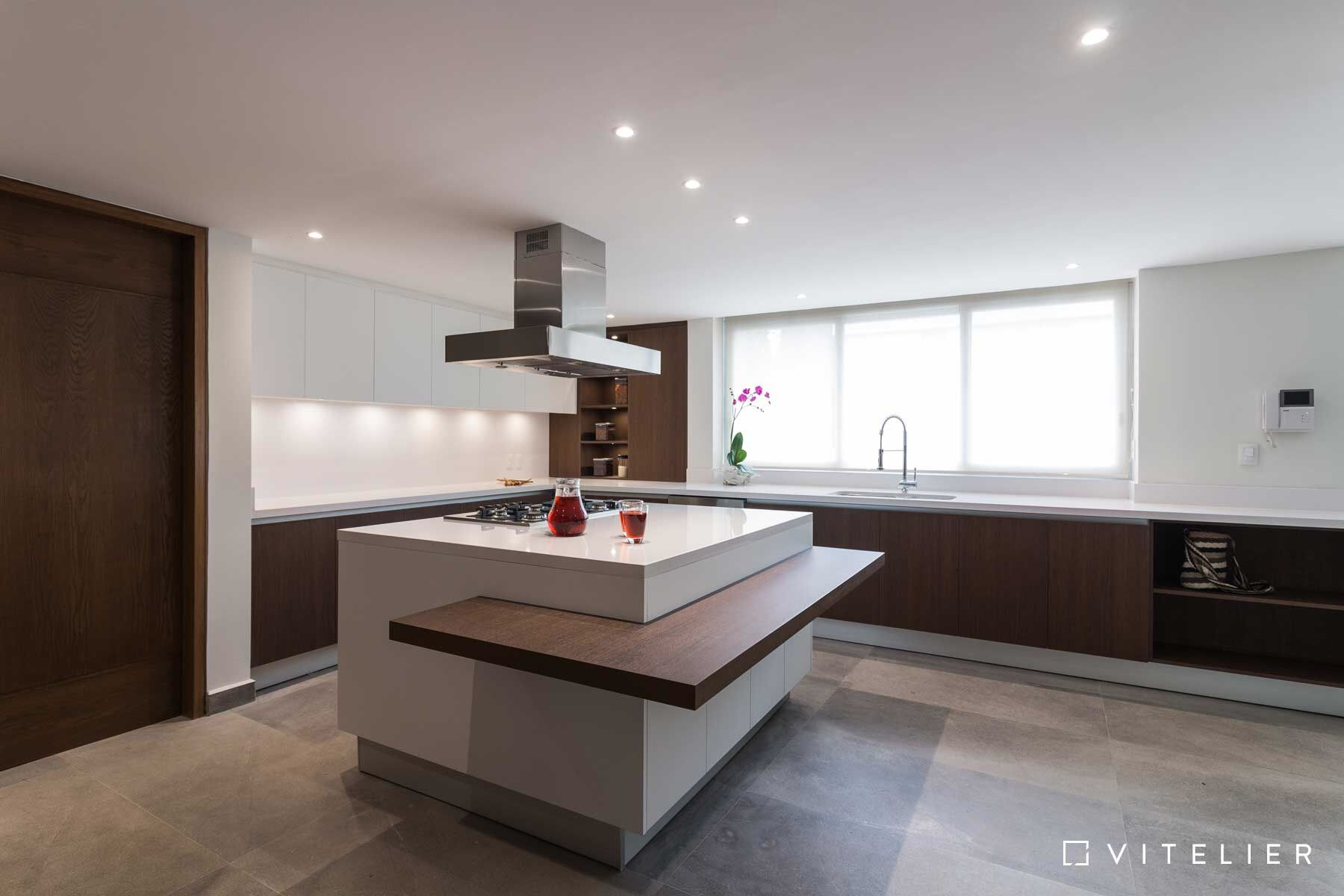 Cocina abierta blanca con madera y detalles de iluminación para ...