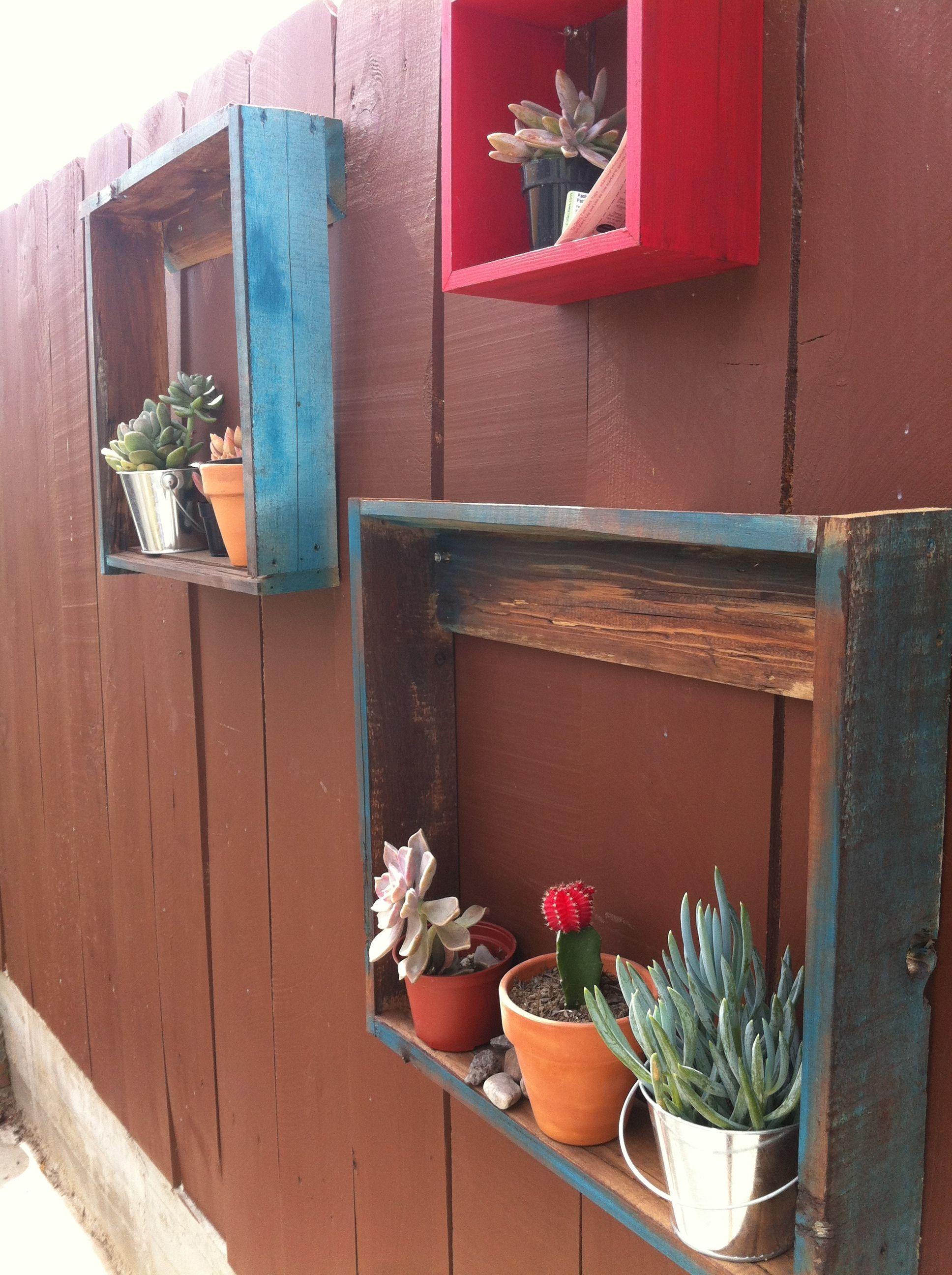 Puedes instalar tus plantas con cuadros de madera for Jardin al aire libre de madera deco