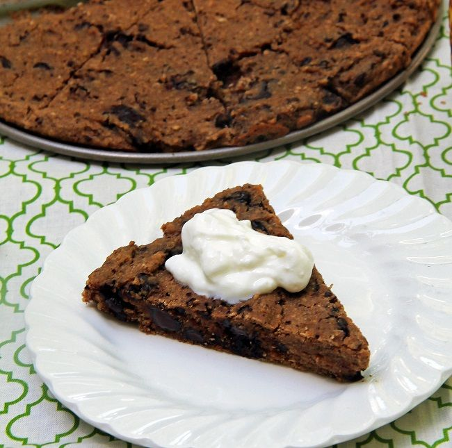 No Cauliflower Cookie Pie 1 1/4 cup rolled oats1/4 cup applesauce1 can white kidney beans, drained and rinsed2 tsp vanilla1 tsp baking powder1/4 tsp salt1/2 tsp baking soda1 ripe banana, peeled1/2 tbsp coconut oil, melted (another oil is ok too)1/2 tsp cinnamon1 tbsp maple syrup3/4 cup chopped dark chocolate or chocolate chips
