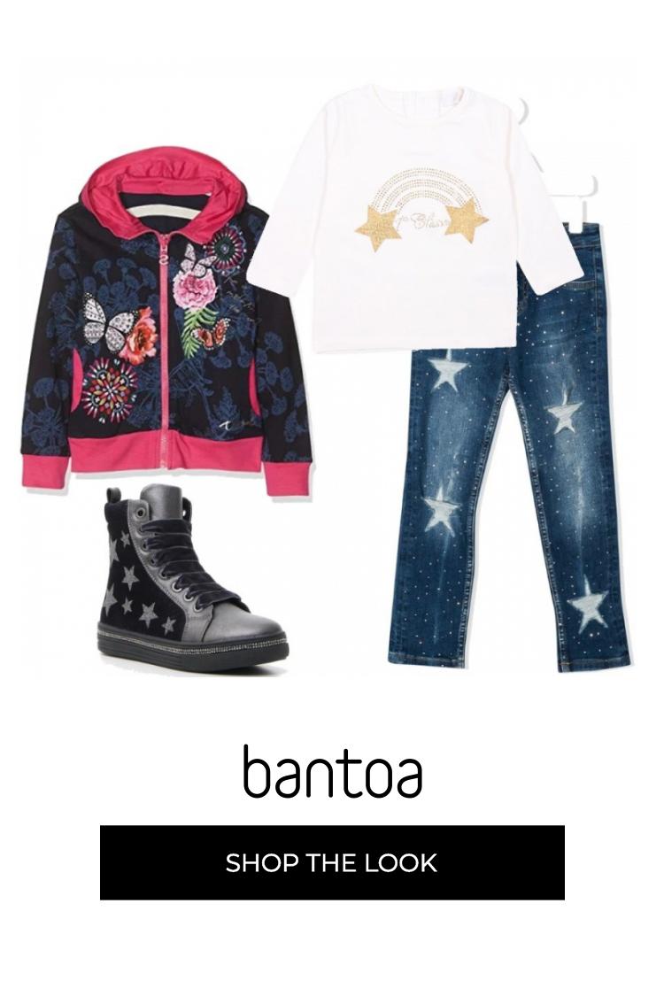 Giubbino nero con felpa bianca e jeans colorato a fantasia