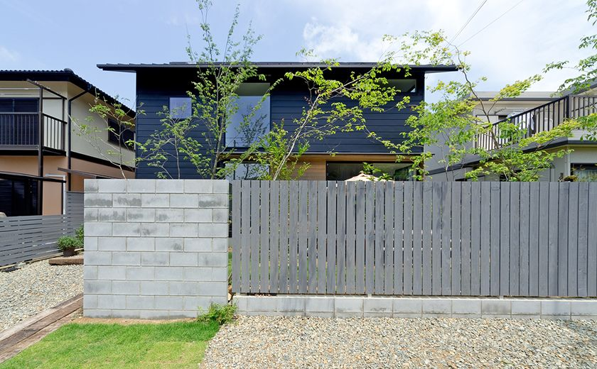 施工例 春日台の家 馬積みのブロック塀 グレーの木柵 黒の外観とグリーンが映える家 家 エクステリア ブロック塀