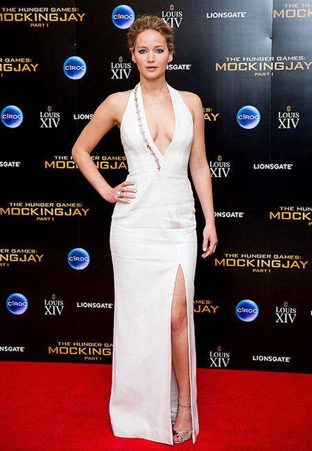 Jennifer Lawrence se descuida e mostra parte dos seios em Londres - Yahoo Celebridades Brasil