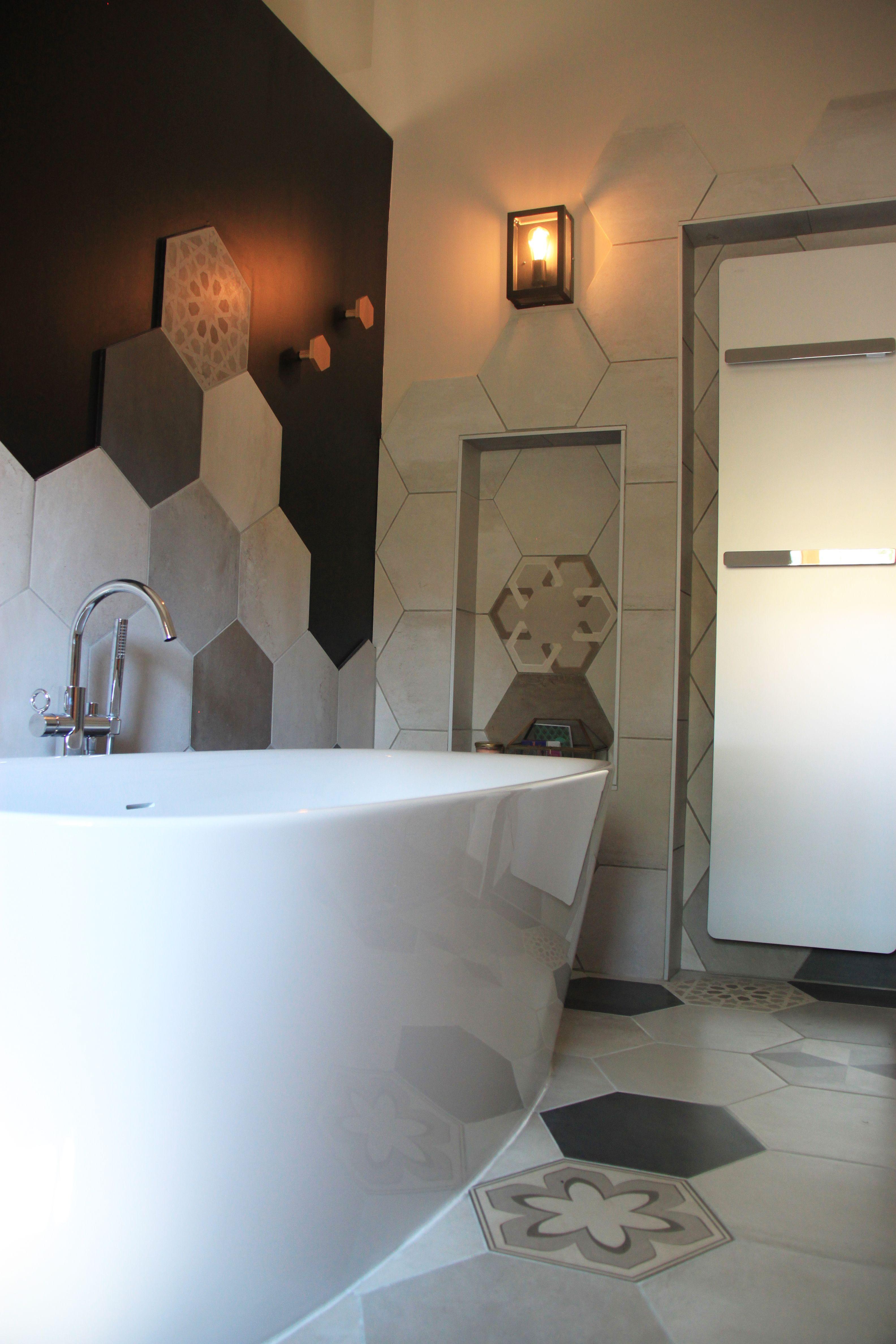salle de bain avec grande baignoire ilot ct dun mur noir avec des vagues de carreaux ciment les niches servent inclure le sche serviettes et de la - Salle De Bain Avec Baignoire Ilot