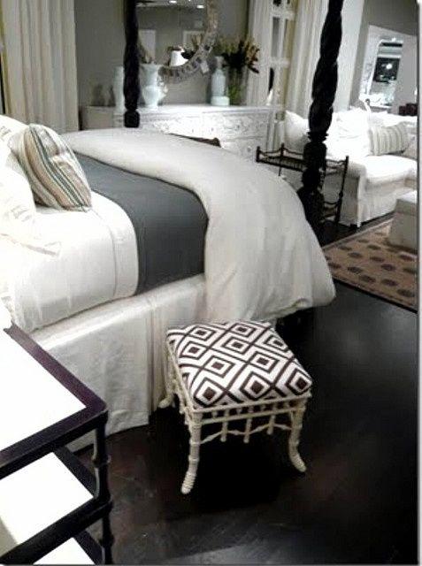 Los detalles se destacan al usar colores oscuros en los pisos y algunos muros del cuarto.