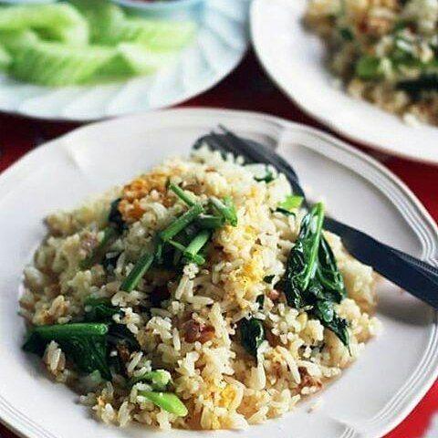 @Regrann from @ikumi_thai_meshi -  タイで昼メシ!塩魚とカイラン菜のチャーハン ★Thai Fried rice 🐟 saited fish and chinese kale vegetable🍀 #friedrice #ขัาวผัด #thaifood 🍴🍆作り方はブログから↓ How to cook↓ on my blog http://ameblo.jp/asianherbs/entry-12189523912.html 【カオパットプラーケム(タイの塩漬け鰆とカイラン菜のチャーハン)★臭い食べもの特集♪ 】 この塩魚、発酵していて揚げるとめちゃ匂います😣💦 ・・・ 先日のタイ南部国境の町での昼ご飯🍜🍥 タイのチャーハンの中で一番好きな 鰆(さわら)塩漬けとカイラン菜のチャーハン👍 💓ちなみに二番目に好きなのは蟹チャーハン ・・・ 🐟 塩魚を揚げてから炒めますが、 鰆の塩漬けを揚げるとめちゃ匂うので、このチャーハンだけはいつも外食。 どこの食堂やレストランでも ほぼ食べられる定番チャーハンです。 ・・・…