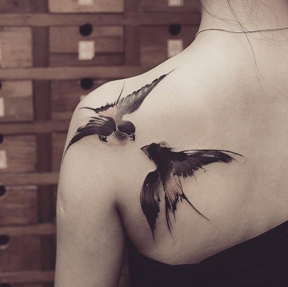 tatuaje para mujer en el hombro de aves