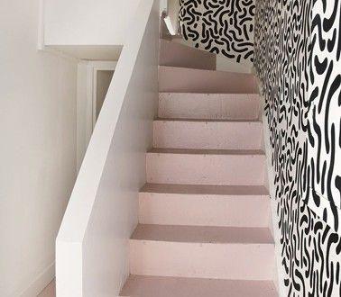 escalier en ciment repeint couleur rose bonbon mur papier peint noir blanc
