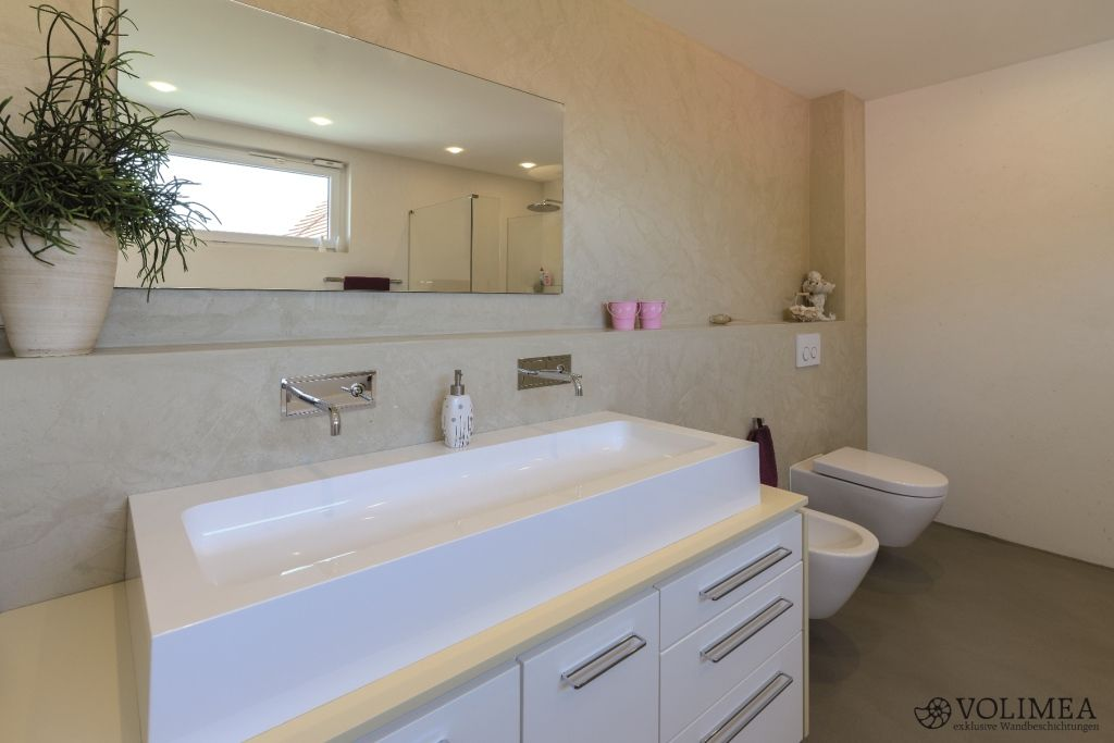 Fugenloses Bad bringt schicke Badmöbel zur Geltung moderne