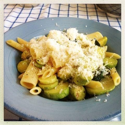 pasta met courgette, basilicum en citroen