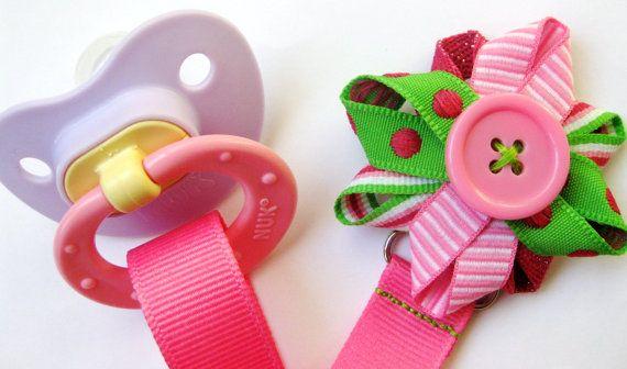 Pacifier Ribbon Clip by BabyHairDelights vauvan tutin voi kiinnittää rinnustaan kauniilla kukkakiinnikkeellä